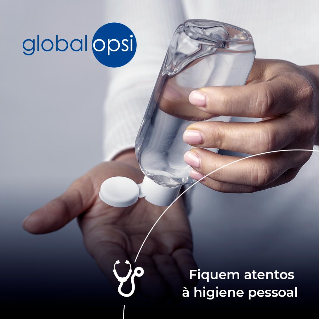 Pessoa usando Álcool Gel